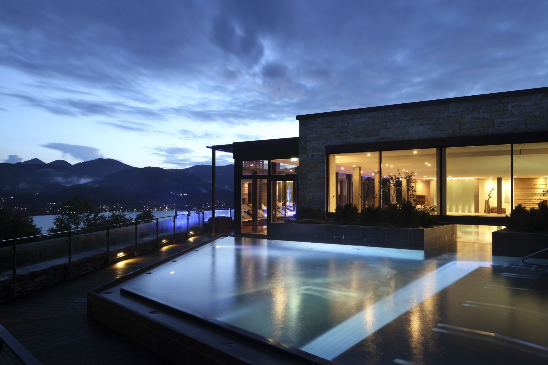DAS TEGERNSEE Rooftop Pool by night