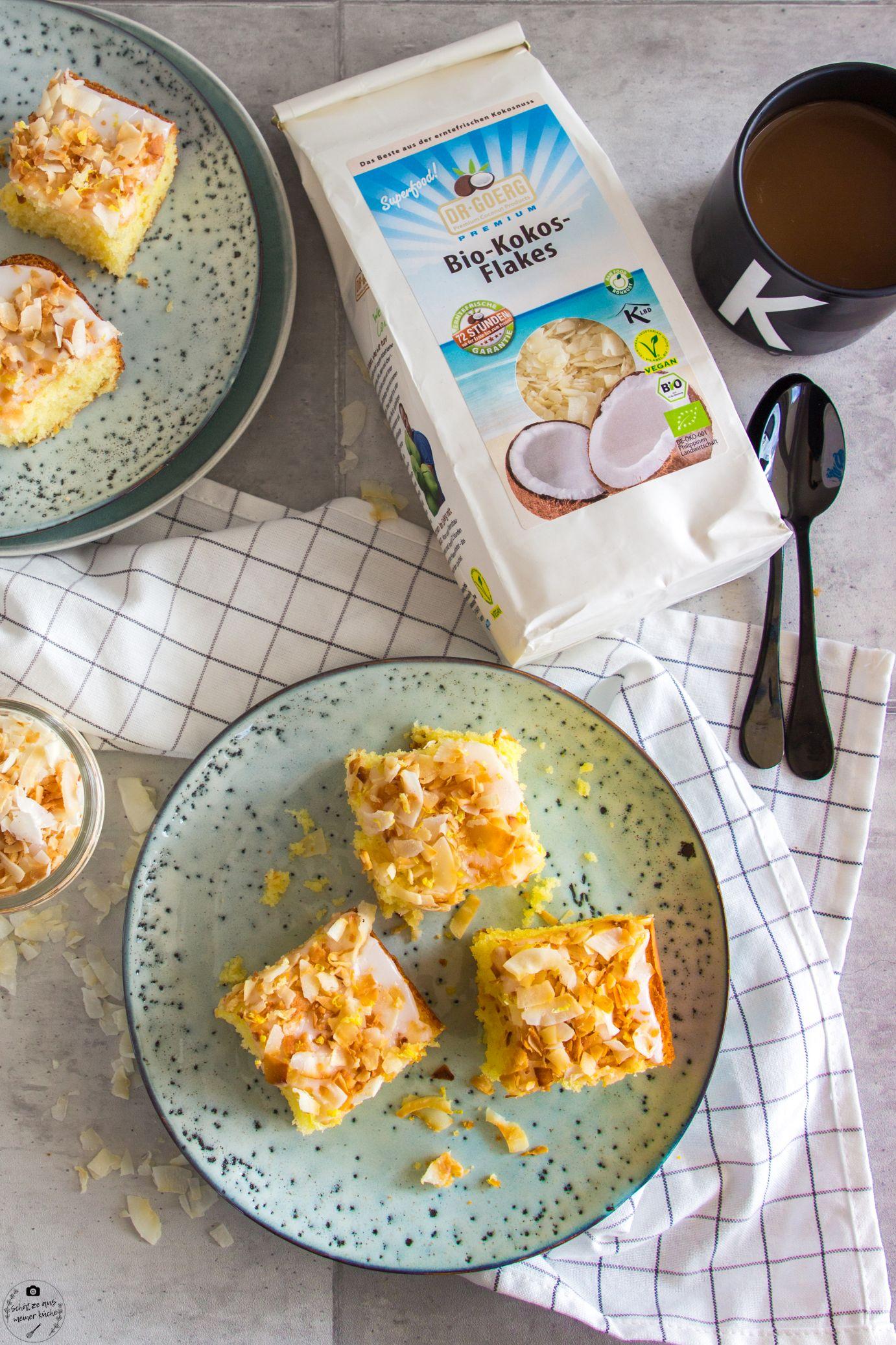 Fluffiger Kokos-Zitronenkuchen vom Blech mit Bio-Kokosflakes Dr. Goerg