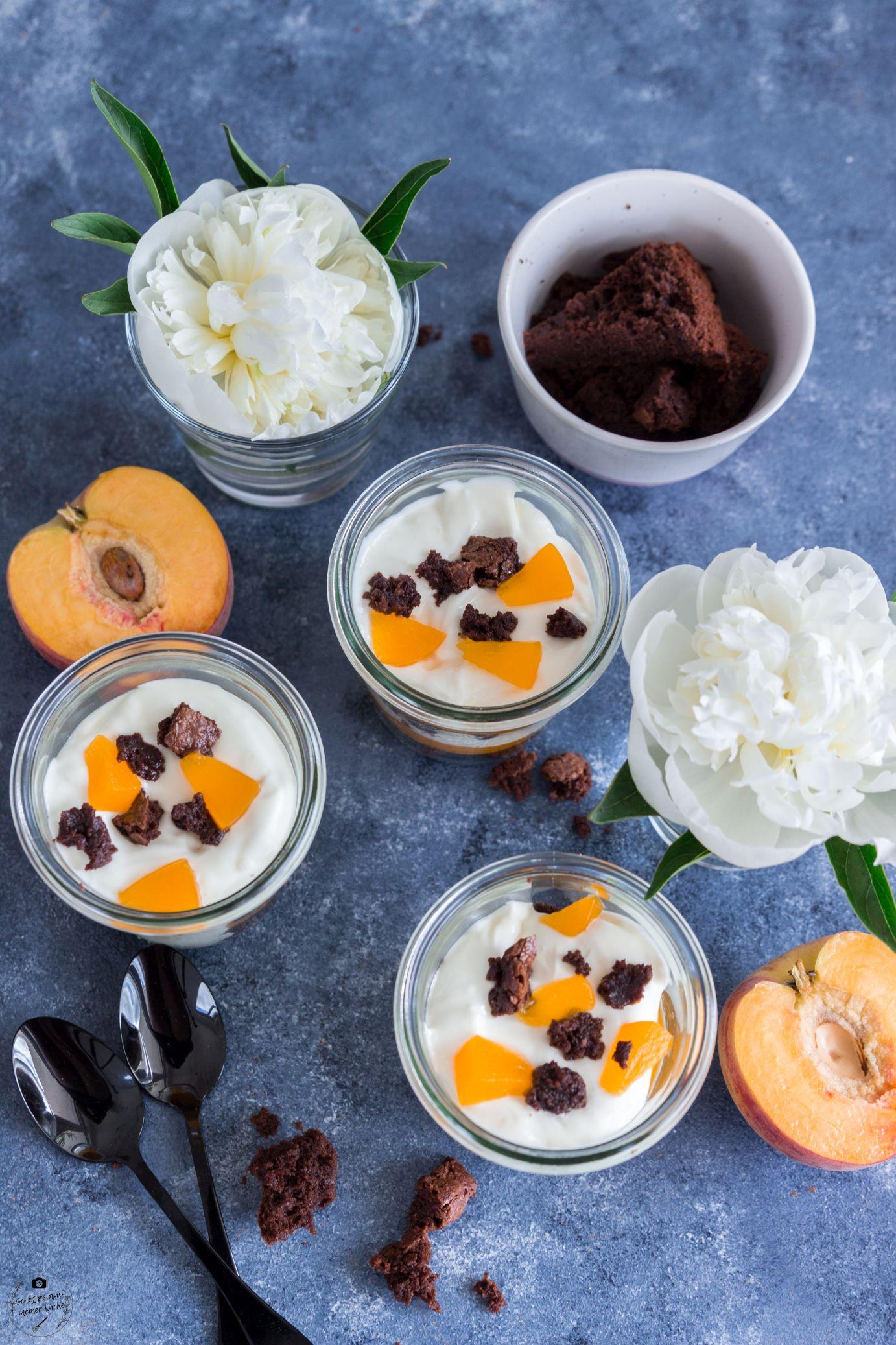 Pfirsich-Brownie-Dessert im Glas