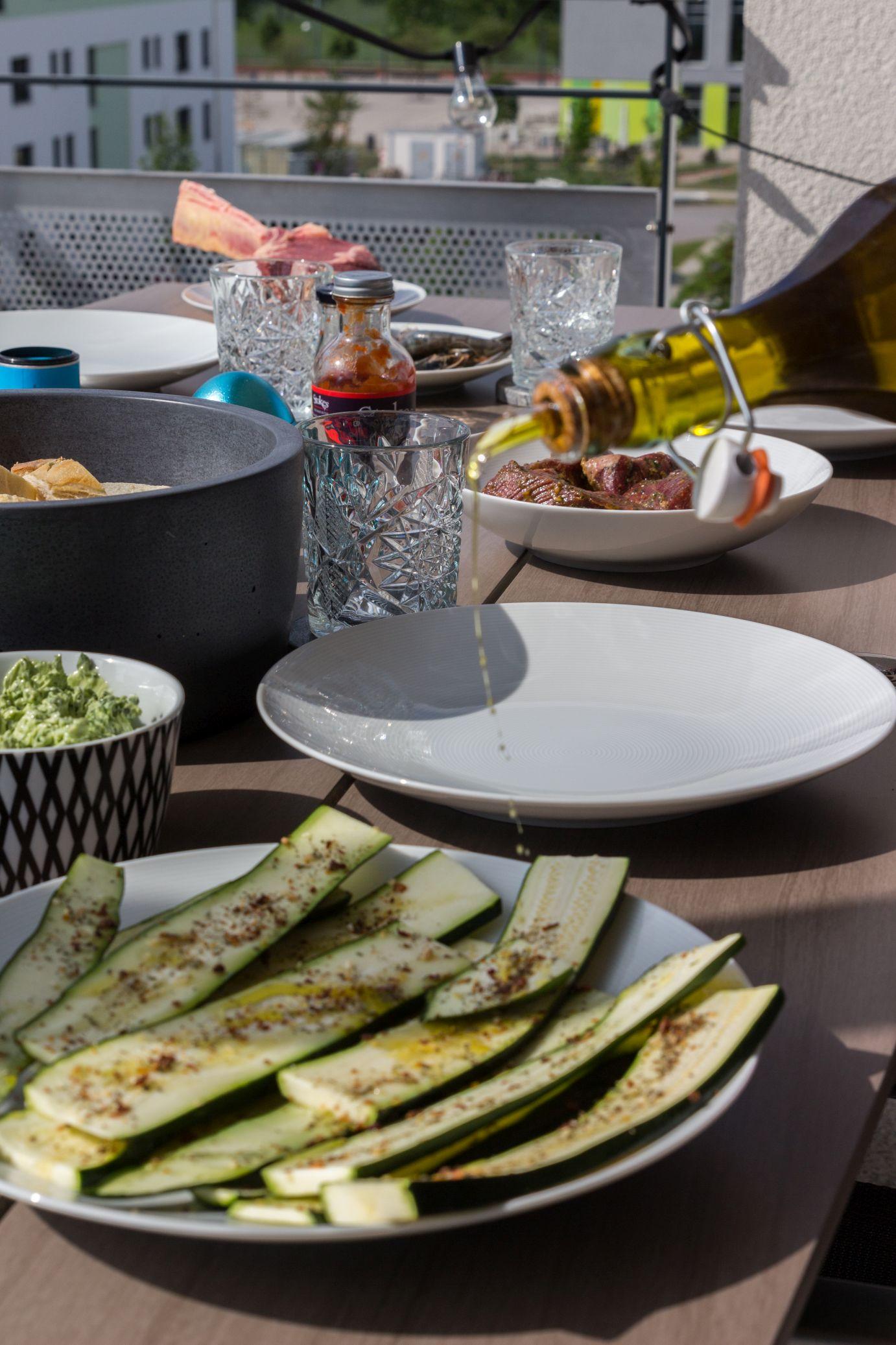 Rosa gegrilltes Tomahawksteak vom Grill mit würziger Kräuter-Knoblauch-Butter Schätze aus meiner Küche